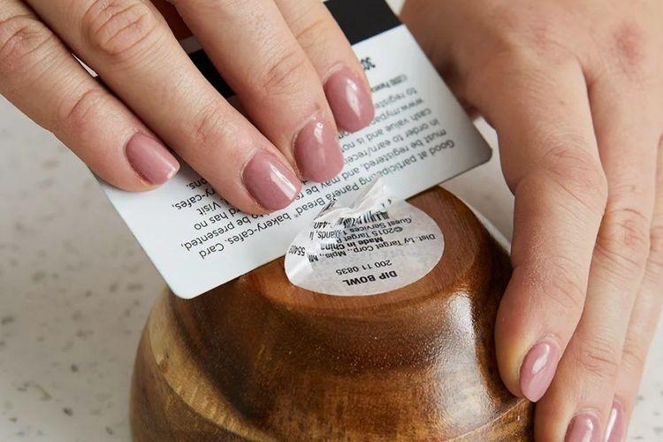 8 Cara Menghilangkan Noda Bekas Stiker yang Membandel
