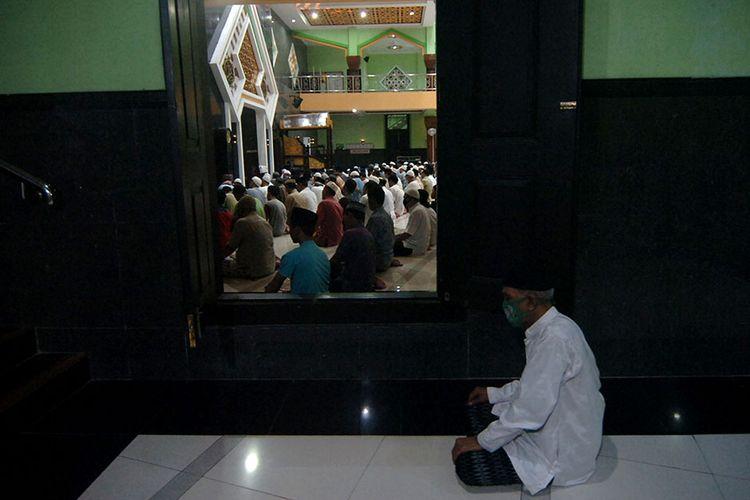 Sejumlah umat Islam melaksanakan shalat tarawih di Masjid Agung Kota Tegal, Jawa Tengah, Kamis (23/4/2020). Meski Pemerintah Kota Tegal telah menerapkan PSBB tahap I dari 23 April hingga 6 Mei, sejumlah jemaah masih melaksanakan shalat tarawih di masjid di tengah pandemi COVID-19.