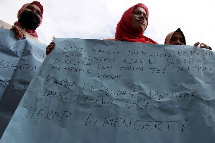 Sejumlah tenaga honorer yang tergabung dalam Forum Honorer Kategori 2 (FHK2) mengelar aksi damai di halaman kantor Dewan Perwakilan Rakyat Kabupaten (DPRK) Aceh Barat, Aceh, Kamis (22/11/2018). Dalam aksi tersebut mereka mendesak Pemerintah agar tenaga honorer kategori 2 segera diangkat menjadi Pegawai Negeri Sipil (PNS) tanpa tes dan tidak membatasi umur. ANTARA FOTO/Syifa Yulinnas/aww.