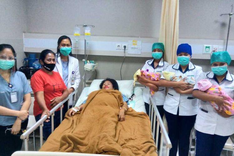 PHOTO:Efi Bani bersama tiga bayi kembarnya saat berpose bersama dokter dan perawat