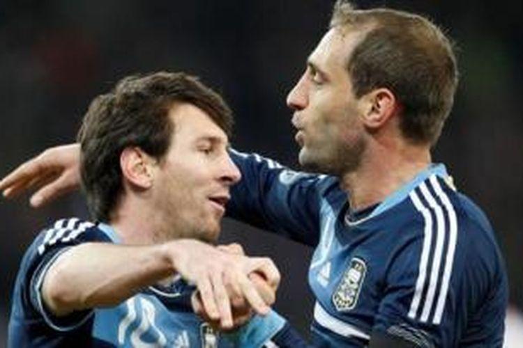 Lionel Messi dan Pablo Zabaleta saat memperkuat tim nasional Argentina