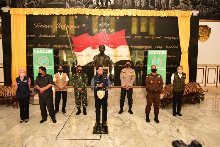 Gubernur Jawa Barat Ridwan Kamil bersama Forkopimda Jabar saat melaksanakan konferensi pers di Makodam III Siliwangi, Senin (3/8/2020).