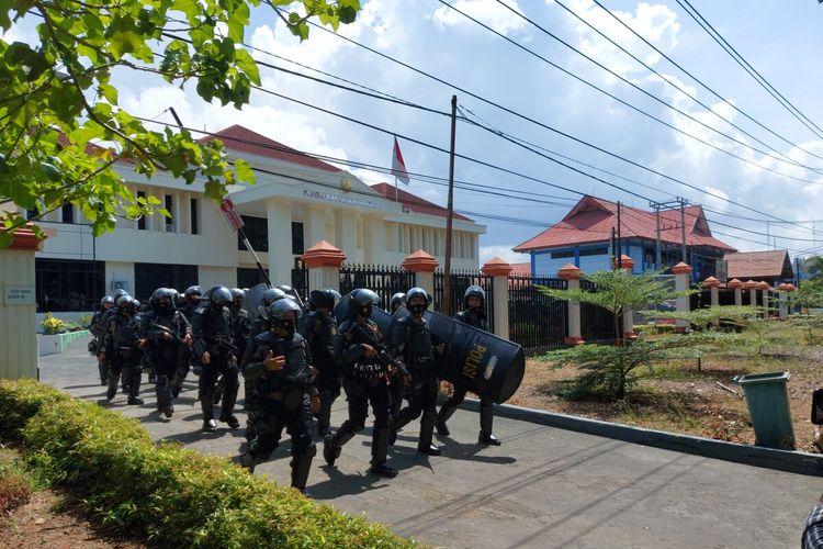 Sejumlah personel polisi amankan sidang kasus nelayan trawl di PN Bengkulu, Selasa (23/02/2021).
