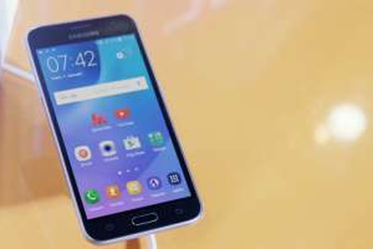Samsung Galaxy J3 (2016), salah satu ponsel yang memakai alat penghemat data Ultra Data Saving hasil kerjasama antara Opera dengan Samsung.