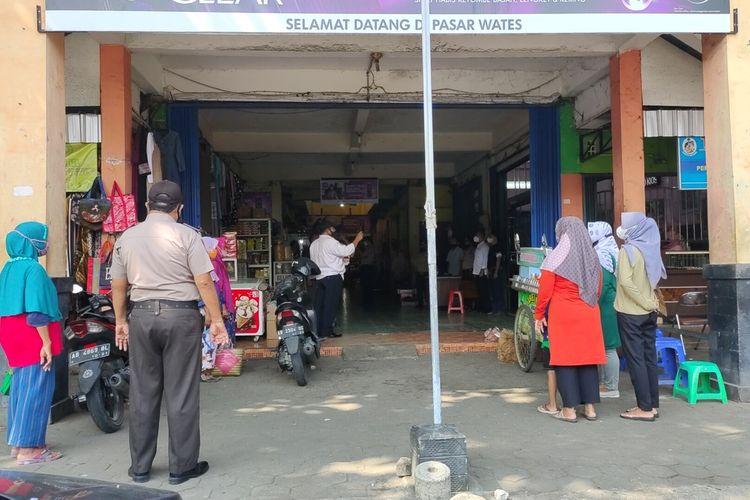 Pedagang pasar, petugas hingga pengayuh becak berhenti sejenak untuk mengambil sikap berdiri sempurna ketika mendengar lagu kebangsaan Indonesia Raya di Pasar Wates, Kabupaten Kulon Progo, Daerah Istimewa Yogyakarta.