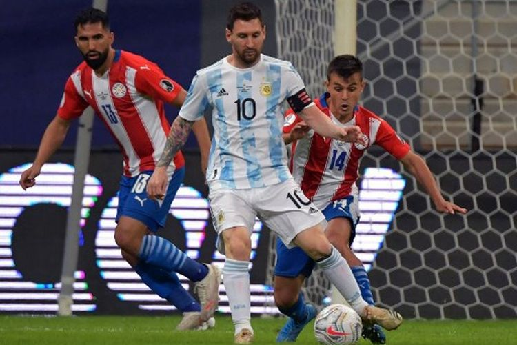 Aksi Lionel Messi (tengah) pada laga Grup A Copa Amerika 2021 yang mempertemukan timnas Argentina vs Paraguay di Mane Garrincha Stadium, Selasa (22/6/2021) pagi WIB.