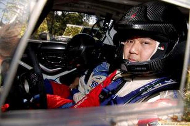 Pereli Indonesia, Subhan Aksa bersiap melakukan recce (survei lintasan) sebelum mengikuti Rally Spanyol, di Salou, Spanyol, Selasa (22/10/2013).