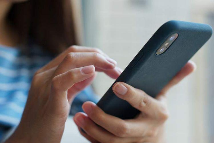 Mengurangi aktivitas di luar rumah tidak berarti transaksi perbankan terhambat. Banyak cara untuk melakukan transaksi, salah satunya dengan mobile banking.