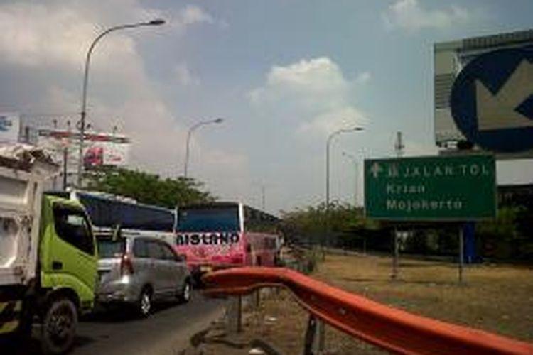 Lalu lintas di sekitar Bungurasi, Sidoarjo, macet akibat kecelakaan antara bus Harapan Jaya dengan pembatas jalan di depan Gedung Mahkamah Militer yang menewaskan tujuh orang, Senin (13/10/2014).