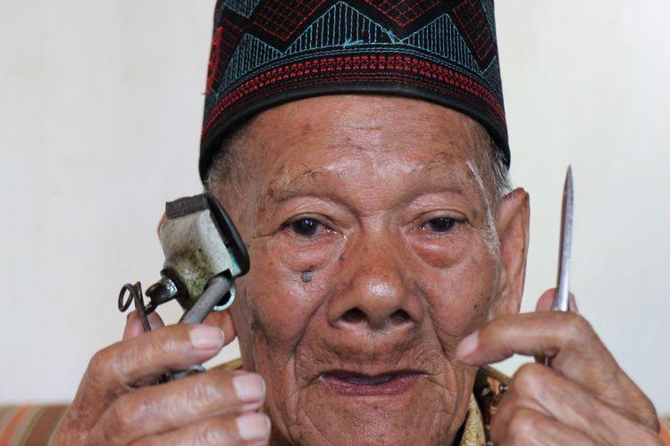 Aman, salah seorang sesepuh pangkas rambut asal Banyuresmi, Garut.