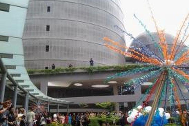 Aktivitas civitas akademika dengan latar belakang Gedung New Media Tower di Universitas Multimedia Nusantara.