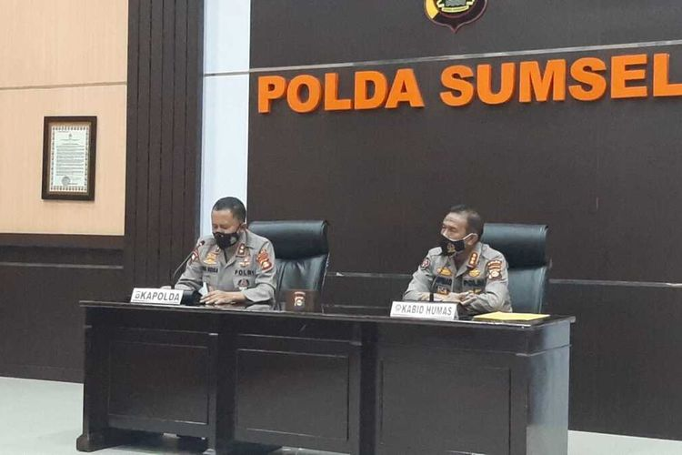 Kapolda Sumsel Irjen Eko Indra Heri dan Kabid Humas Polda Sumsel Kombes Supriadi memberikan keterangan pers terkait bantuan Rp 2 triliun dari keluarga Akidi Tio, Kamis (5/8/2021).