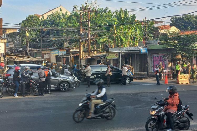 Petugas gabungan lakukan penyekatan di Jalan Raya Jakarta - Bogor, perbatasan wilayah Tangerang Selatan - Jakarta, Selasa (13/7/2021).