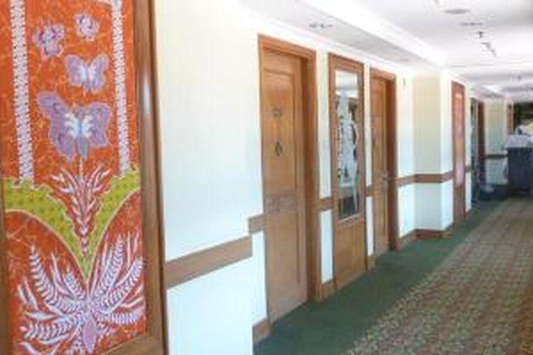 Hiasan-hiasan berunsur khas Jawa mudah terlihat di dinding-dinding sepanjang lorong untuk menuju kamar di Jogjakarta Plaza Hotel, Kamis (8/10/2015).