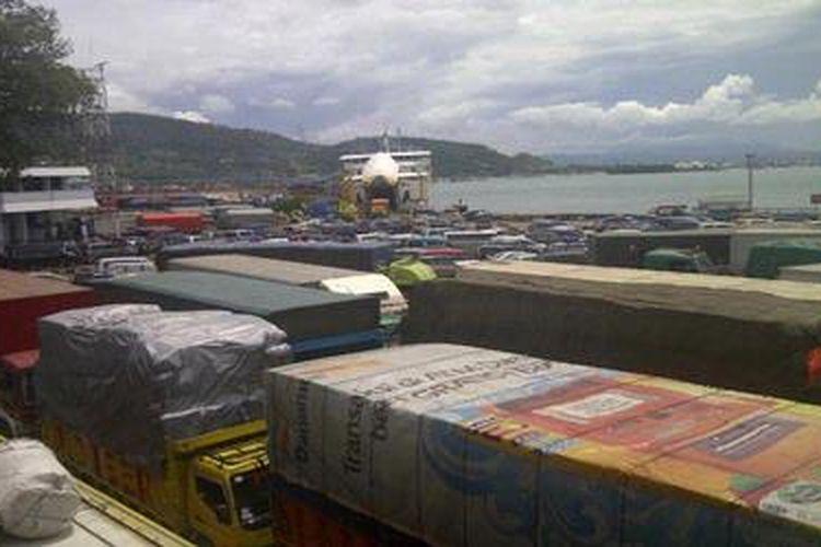 Ilustrasi: Ratusan mobil pribadi dan truk antre memasuki kapal roro di Dermaga II Pelabuhan Merak, Banten.