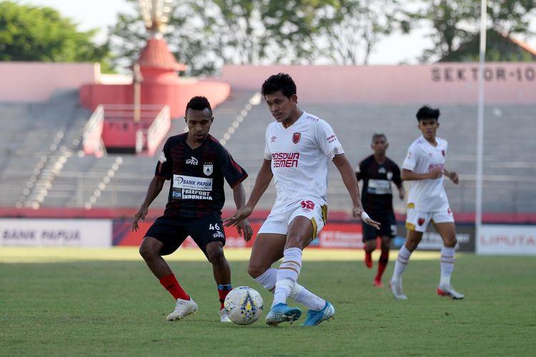Gelandang Persipura Jayapura, Todd Ferre (kiri), membayangi pergerakan pemain tengah PSM Makassar, Rizky Pellu (kanan) pada laga yang berlangsung di Stadion Gelora Delta, Sidoarjo, Jumat (27/9/2019).