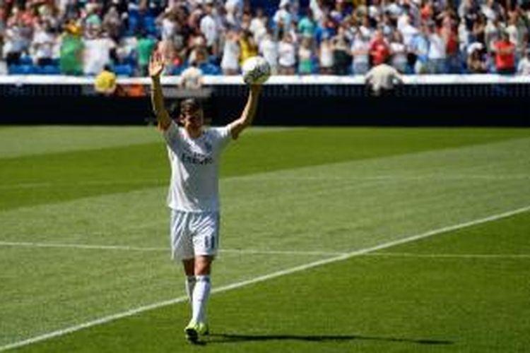 Gelandang Real Madrid Gareth Bale saat diperkenalkan kepada publik Santiago Bernabeu, Senin (2/9/2013).