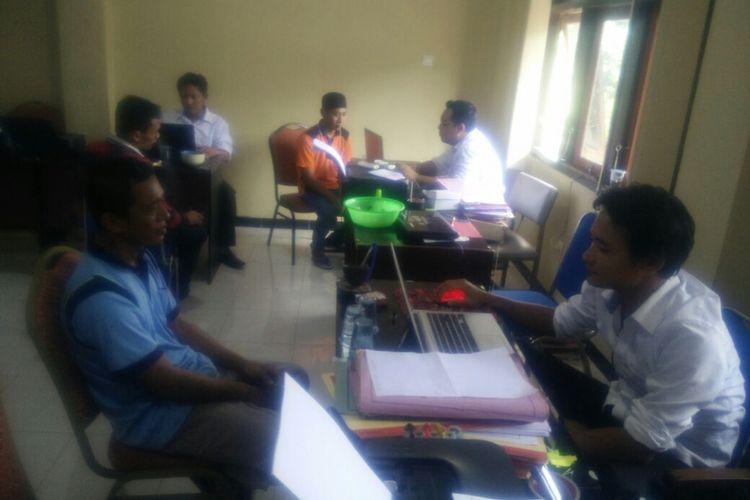 Tim penyidik Satreskrim Polres Rembang memeriksa saksi terkait tahanan Rutan Kelas II B Rembang di Mapolres Rembang, Senin (7/5/2018).?