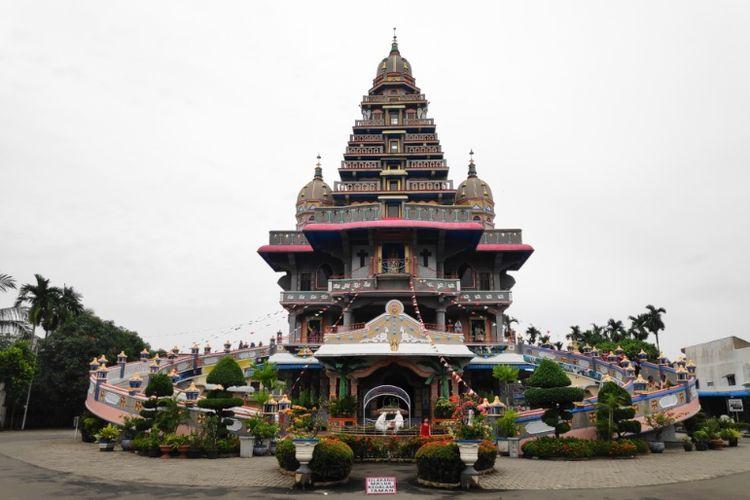 Gereja Graha Maria Annai Velangkanni, bergaya arsitektur Indo Mughal di Medan.