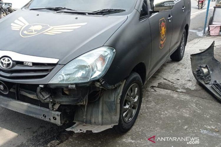 Mobil Satpol PP yang ditabrak oleh moge di Jalan Raya Puncak, Cisarua, Kabupaten Bogor, Jawa Barat, Minggu (23/5/2021).