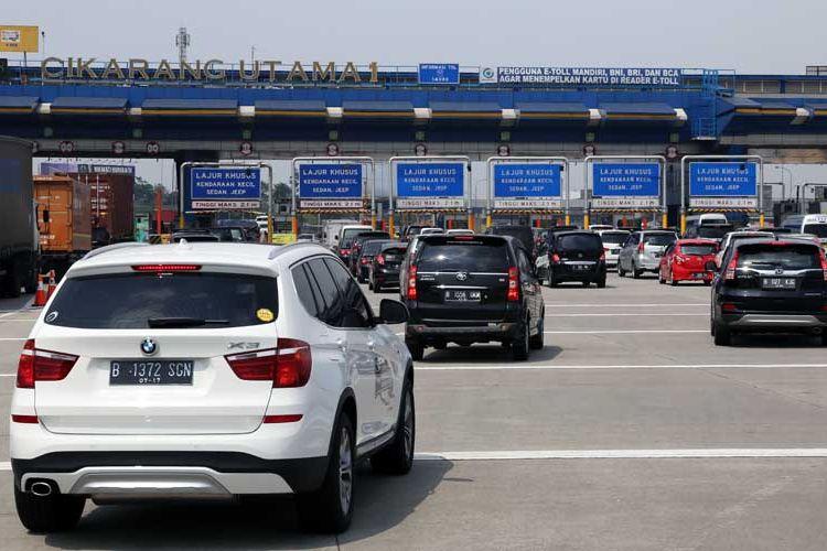 Antrean kendaraan di Gerbang Tol Cikarang Utama