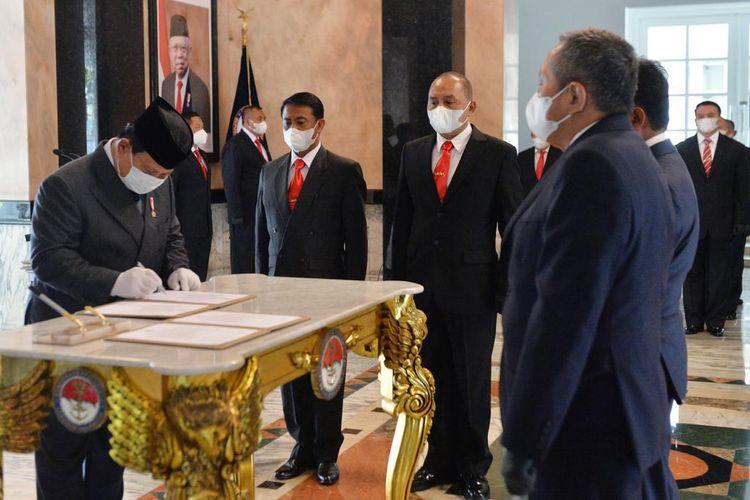 Menteri Pertahanan Prabowo Subianto melantik sejumlah pejabat baru di Komite Kebijakan Industri Pertahanan (KKIP) yang berada di bawah naungan Kementerian Pertahanan (Kemenhan) RI.