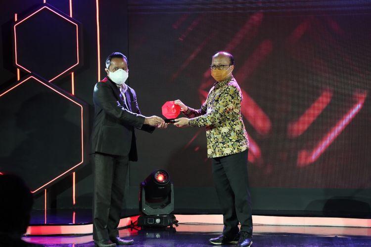 Sekjen Kemnaker Anwar Sanusi saat menerima penghargaan Merdeka Award 2021 di Jakarta, Rabu (31/3/2021).