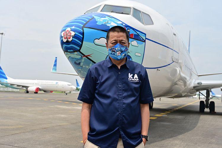 Direktur Utama Garuda Indonesia Irfan Setiaputra berdiri di dekat pesawat Garuda Indonesia Boeing 373-800 NG dengan desain masker di bagian depan pesawat, saat diparkir di lapangan udara di Tangerang, Banten, Senin (12/10/2020). Pemasangan masker di pesawat tersebut digelar untuk mendukung kampanye Gerakan Ayo Pakai Masker dalam rangka penanggulangan pandemi Covid-19.