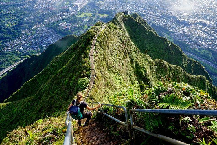 Ilustrasi Wisatawan - Seorang wisatawan sedang berada di tempat wisata bernama Haiku Stairs di Pulau O'ahu, Hawaii, Amerika Serikat.