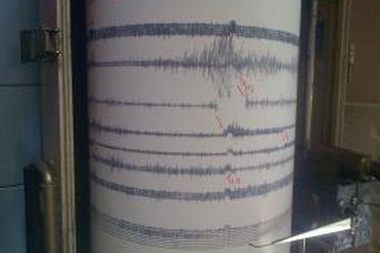 Seismograf menunjukkan letusan kecil Gunung Tangkuban Parahu yang terjadi pada Senin (7/10/2013) pukul 12.46 WIB