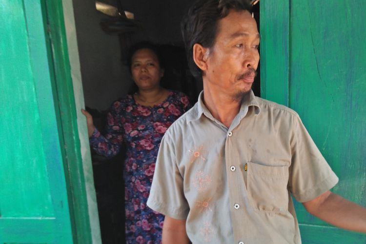 Farikhin (kanan) dan Muinah, saat ditemui di rumahnya di Desa Sedayulawas, Kecamatan Brondong, Lamongan.