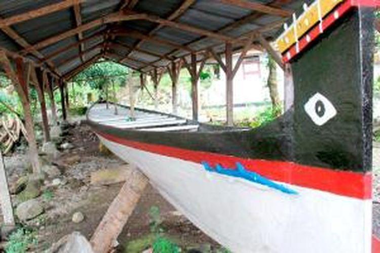 Perahu kora-kora merupakan perahu adat Maluku. Perahu tradisional yang asli hanya dipakai untuk upacara adat dan tidak digunakan untuk perlombaan perahu. Jika tidak dipakai untuk upacara adat, perahu kora-kora disimpan di tempat penyimpanan kampung adat.