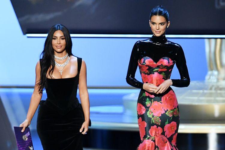 Kim Kardashian dan Kendall Jenner saat menghadiri Emmy Awards 2019.