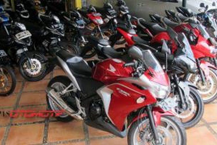 Deretan sepeda motor bekas yang ditawarkan di Duta Motor, Senin (9/6/2014).