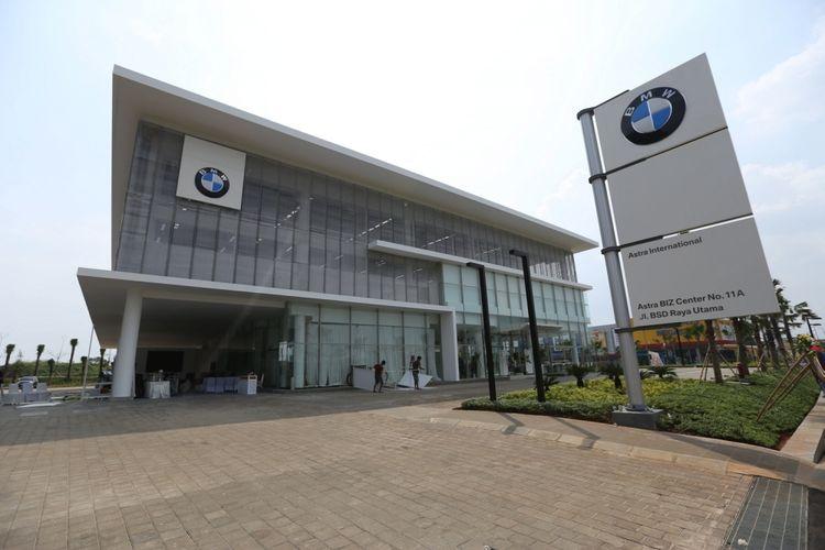 Gedung diler BMW Serpong di kawasan Bumi Serpong Damai (BSD), Tangerang, Selasa (25/4/2017). Diler BMW Serpong ini merupakan diler resmi pertama di Indonesia yang memiliki akses dan fasilitas dalam menangani kendaraan-kendaraan BMW seri i.