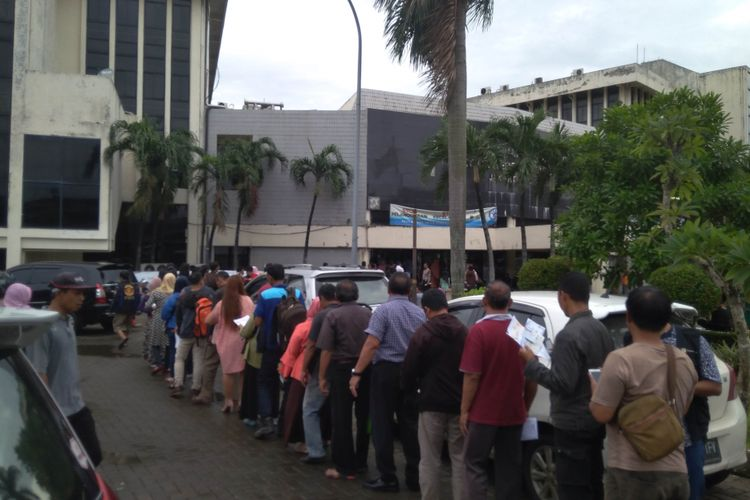 Suasana antrean pembayaran pajak kendaraan di Samsat Jakarta Timur, Rabu (13/12/2017)