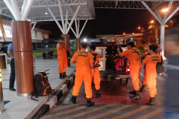 Tim Basarnas Pekanbaru, Riau, melakuan persiapan sebelum diberangkatkan ke Jakarta untuk membantu penanganan bencana banjir, Jumat (3/1/2020).