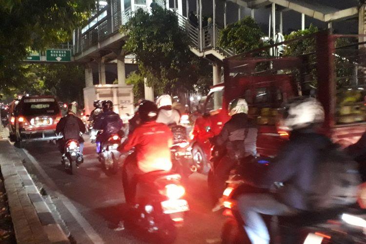 Arus lalu lintas di Jalan I Gusti Ngurah Rai, Duren Sawit, Jakarta Timur, arah Bekasi macet akibat angkot mangkal di bawah JPO Halte Busway Perumnas Klender, Jumat (29/11/2019).