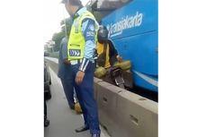 Viral Pengendara Motor Berhimpitan dengan Bus TransJakarta