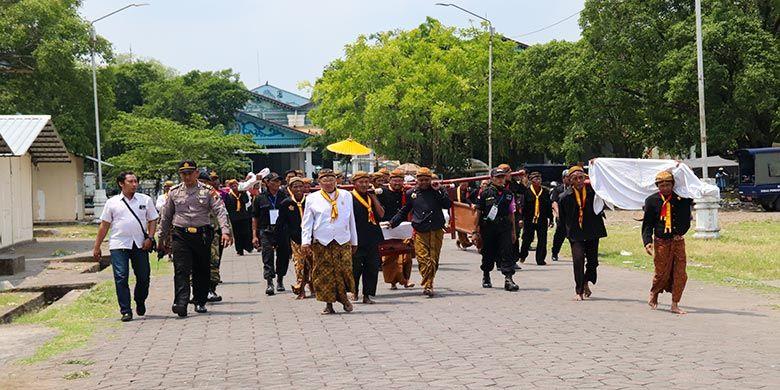 Iring-iringan gamelan sekaten sedang melewati Alun-alun Utara Keraton Surakarta.