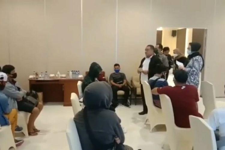 Badan Pelindungan Pekerja Migran Indonesia (BP2MI) Benny Rhamdani menggerebek tempat penampungan calon Pekerja Migran Indonesia (PMI) non-prosedural di Apartemen Bogor Icon, Jawa Barat, Jumat (17/7/2020) malam.