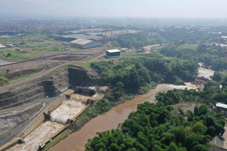 Manfaat lain dari terowongan ini adalah memperlancar aliran Sungai Citarum tepatnya di Curug Jompong.