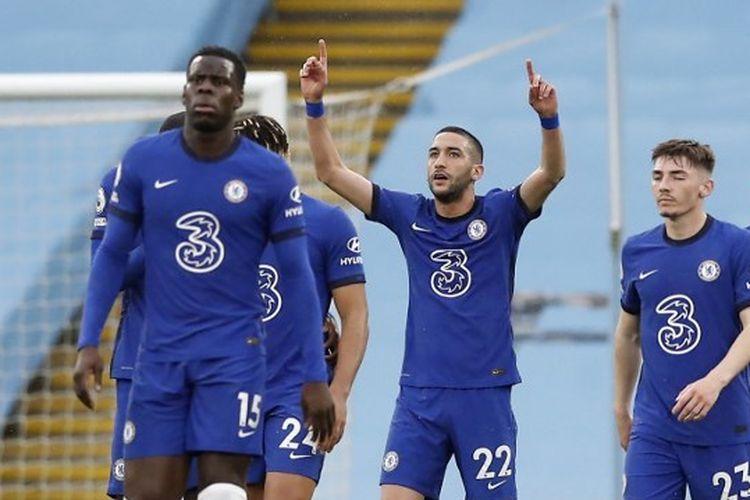 Hakim Ziyech (tengah) bereaksi setelah mencetak gol penyama kedudukan dalam pertandingan Liga Inggris Man City vs Chelsea di Stadion Etihad, Sabtu (8/5/2021) malam WIB.