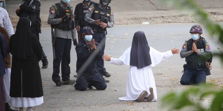 Suster Ann Roza Kembali Berlutut demi Lindungi Demonstran yang Ditembaki Aparat Myanmar thumbnail