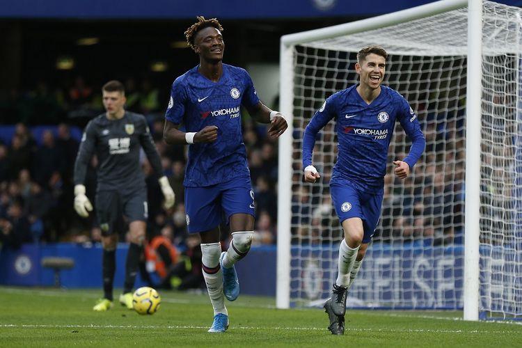 Gelandang Chelsea Jorginho (kanan) merayakan keberhasilan mencetak gol pertama timnya dalam pertandingan Liga Inggris antara Chelsea vs Burnley di Stamford Bridge pada 11 Januari 2020.