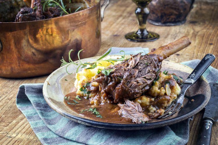 Ilustrasi betis domba dimasak dengan proses slow cooking