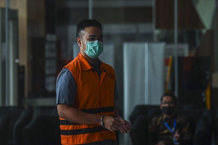 Tersangka kasus dugaan suap gratifikasi senilai Rp46 miliar, Rezky Herbiyono (kanan) bersiap menjalani pemeriksaan di gedung KPK, Jakarta, Jumat (19/6/2020). Rezky yang merupakan menantu dari mantan Sekretaris Mahkamah Agung (MA) Nurhadi diperiksa sebagai tersangka terkait suap dan gratifikasi penanganan perkara di MA.