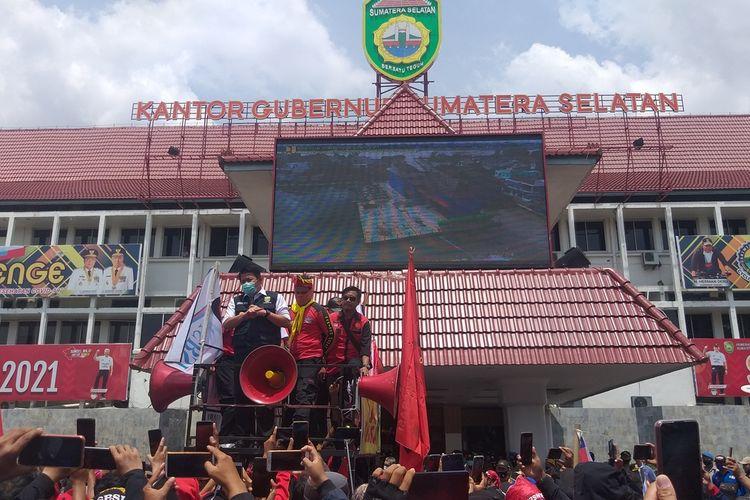 Gubernur Sumsel Herman Deru saat menemui massa aksi di halaman kantornya yang meminta adanya kenaikan UMP pada 2021, Rabu (11/11/2020).