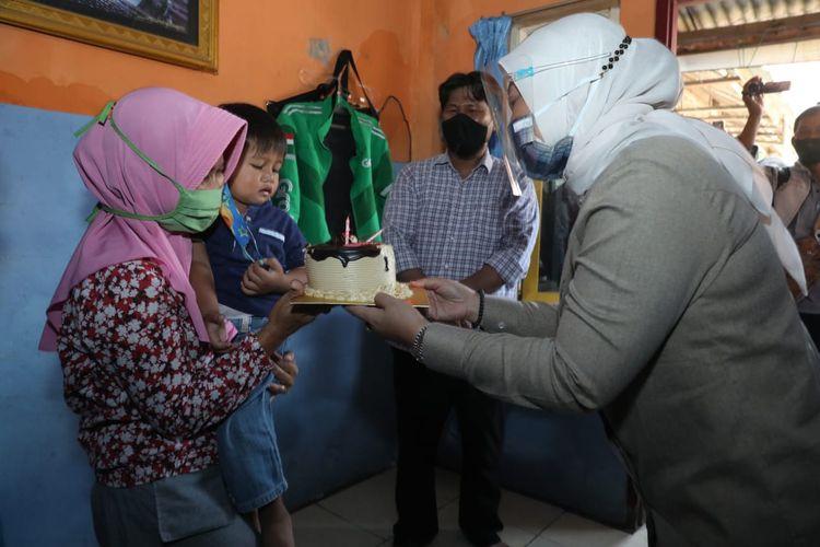 Menteri Ketenagakerjaan Ida Fauziyah memberikan kue ulangtahun kepada salah satu anak pekerja/buruh yang telah menerima bantuan subsidi gaji, di Cikarang, Jawa Barat, Kamis (17/9/2020).