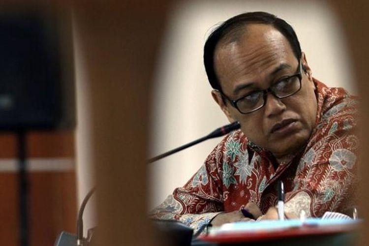 Mantan Kepala Korps Lalu Lintas (Korlantas) Mabes Polri, Irjen (Pol) Djoko Susilo mendengarkan keterangan saksi dalam persidangan yang digelar di Pengadilan Tindak Pidana Korupsi Jakarta, Jumat (5/7/2013). Djoko Susilo diadili dalam dugaan kasus korupsi pengadaan alat simulator SIM di Korlantas, Mabes Polri.